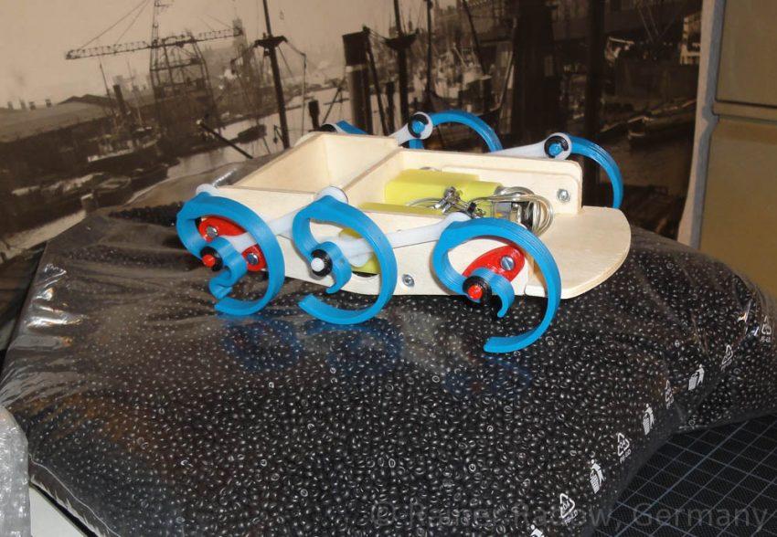 Wood-Walker Prototyp auf einem Beutel voll Kunststoffgranulat