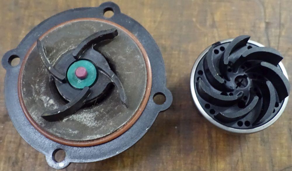Der engste Spalt in der Chinapumpe misst üppige 7,5 mm - links. Die Lowara Pumpe, die auch im Speidel Braumeister verbaut wird, kann demnach viel schneller durch Malz zugesetzt werden