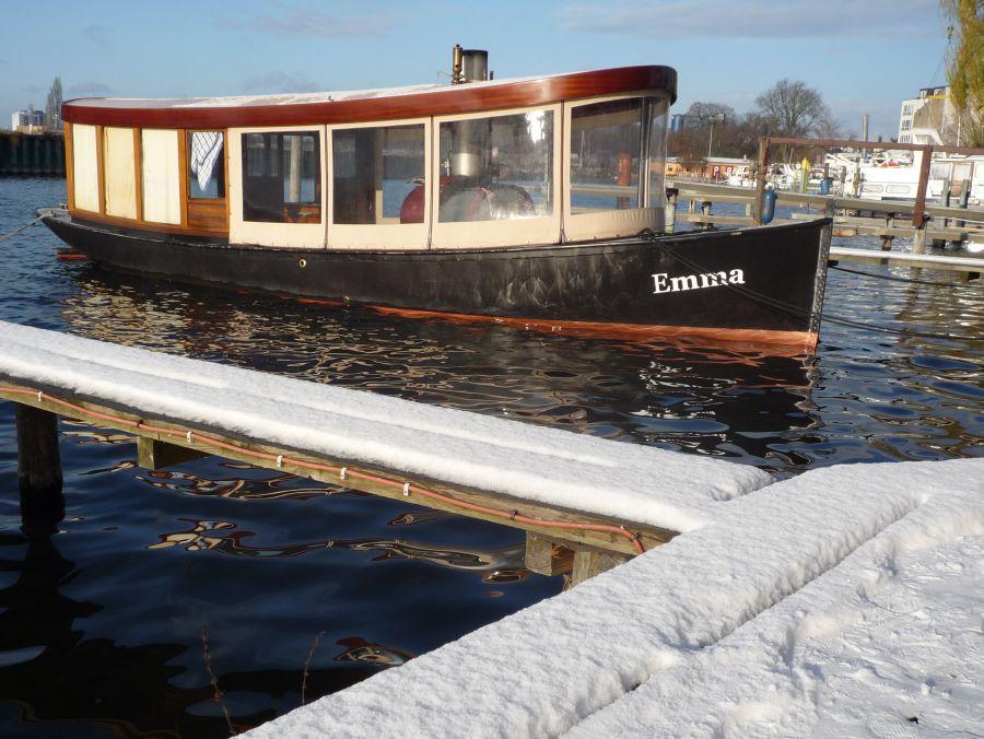 Dampfboot Emma im Winter 2008 an seinem Liegeplatz in Berlin Spandau