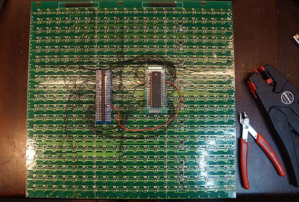 Bei diesem Modul wurde der untere Rand incl. dem BROSE Chip abgetrennt und dann mit der Hand neu verdrahtet