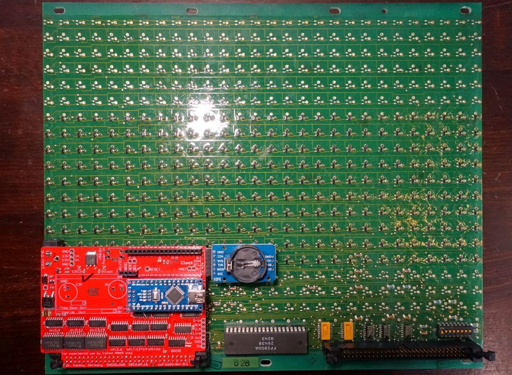 wwFlip Platine für BROSE Flip-Dot Module. Das wwFlip wird immer auf den linken Stecker gesetzt. Von den DIP-Schaltern ist nur die 1 auf OFF zu stellen.