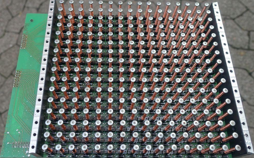 16x16 KRÜGER Modul, die silberfarbenen Streifen tragen die hier nicht montierten Spaltenbleche. Links erkennt man die zwei Steckerleisten für die Zeilen- und Spaltenleitungen.