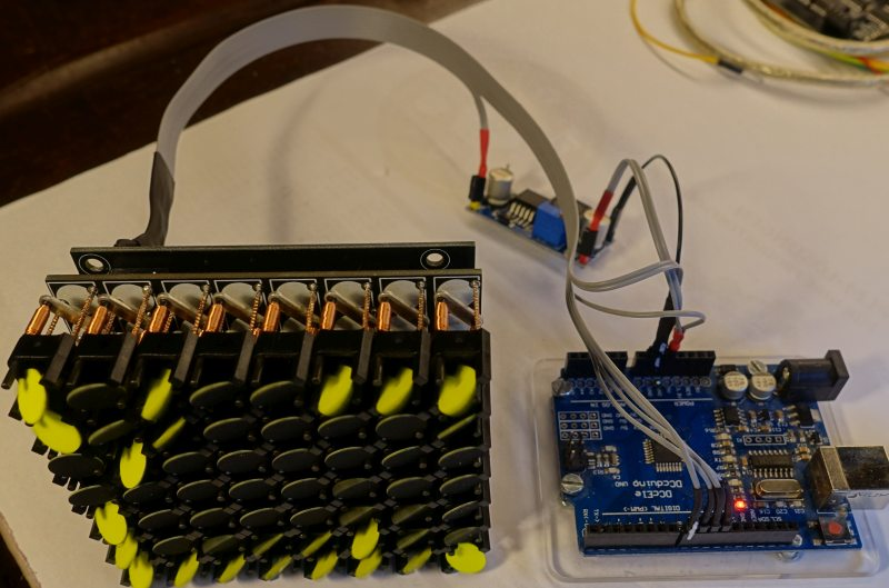 Steuerung per Arduino. Die nötigen 12 Volt Flip-Spannung werden aus den 5 Volt des Arduino per Step-Up erzeugt